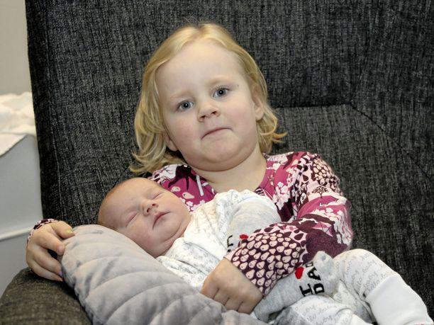 """Isosisko Nella, 4, on jo auttanut pikku-""""Einon"""" hoidossa hakemalla tuttia ja osallistumalla vaipan vaihtoon."""