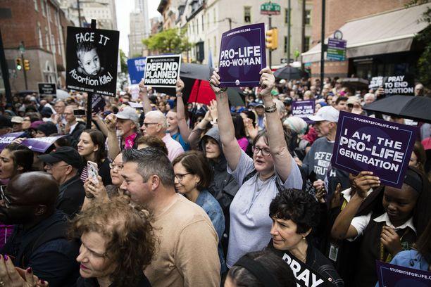 Toisissa USA:n osavaltioissa on viime aikoina pyritty heikentämään aborttioikeutta ja toisissa taas suojaamaan sitä mahdollisten yllätysten varalta. Kuvassa abortinvastustajia mielenosoituksessa Philadelphiassa viime perjantaina.
