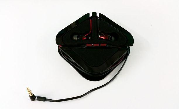 Kantolaukkuun sopiva kotelo pitää kuulokkeet järjestyksessä kuljetettaessa.
