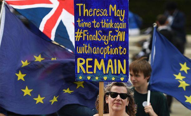 Anti-Brexitin puolesta protestoijat kerääntyivät Lontoon parlamentin ulkopuolelle kuluvan viikon keskiviikkona.