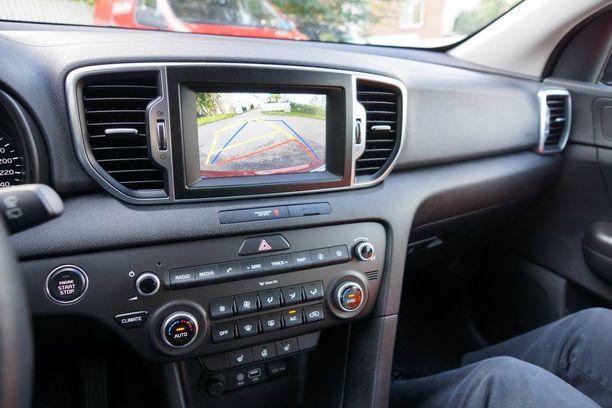 EX-varustetasoon kuuluu navigaattori ja autossamme on niin ikään parkkitutka.