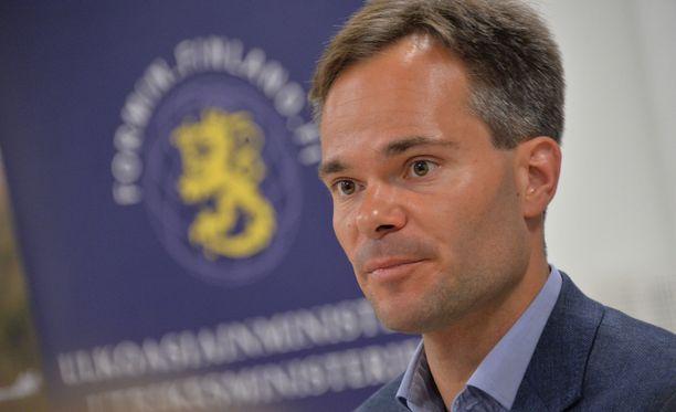 Sisäministeri Kai Mykkäsen mukaan tärkeää on huolehtia poliisin toiminnan turvaamisesta.