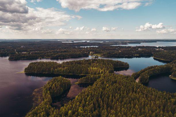 Kaksi onnellisuusopasta tutustuttaa vieraansa Järvi-Suomeen.