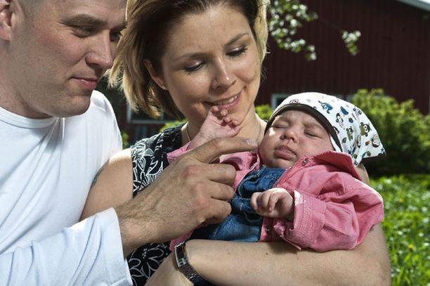 Harrin ja Susannan uusperheen kuopus on reilun vuoden ikäinen Sanni-tytär. Kuva vuoden takaa.