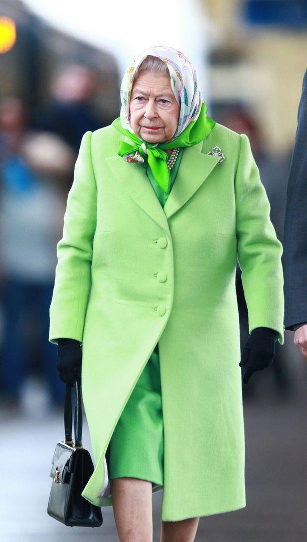 Mutta mitä, mitä?! Nyt on jokin pielessä! Käsilaukku on siirtynyt oikeaan kouraan. Pelastakaa kuningatar tilanteesta!