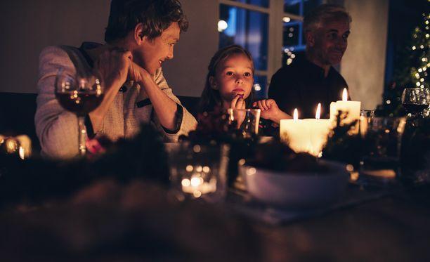 Etenkin lapsille kynttilöiden poltosta muodostuvat pienhiukkaset voivat olla haitallisia.