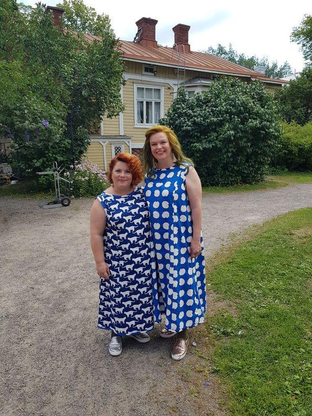 Kiti Kokkonen ja Elina Knihtilä näyttelevät Onneli, Anneli ja nukutuskello -elokuvassa siskoksia.