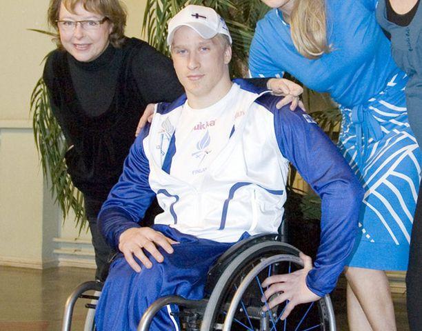Leo-Pekka Tähti esitteli Pekingin paralympialaisten puvustoa.