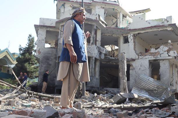 Turvallisuustyöntekijä Afganistanin turvallisuusministeri Bismillah Mohammadin kodin edustalla Kabulissa 4. elokuuta. Asuntoon tehdyssä pommi-iskussa kuoli ainakin kahdeksan sivullista, ministeri selvisi hengissä.