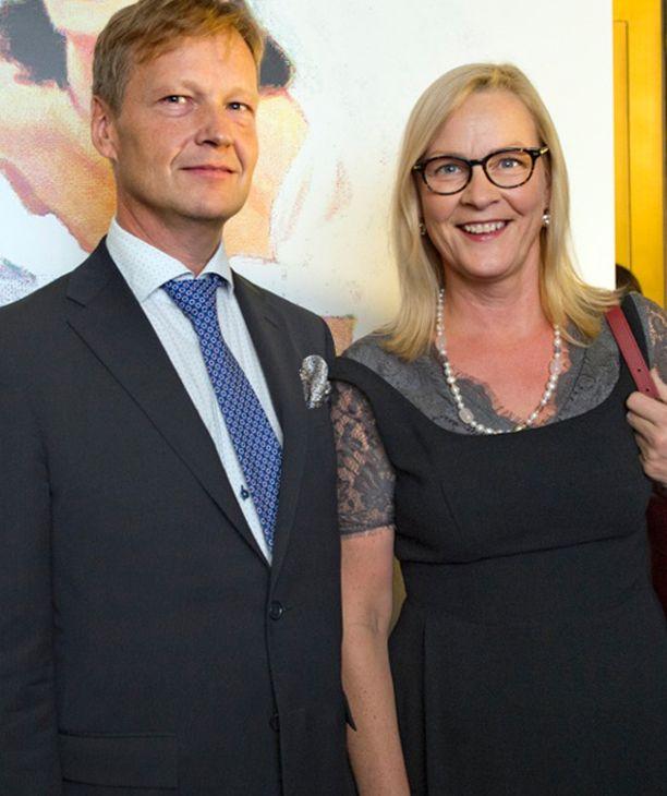 -Kävin Tukholman ABBA-museossa laulamassa ja se oli aika traumaattinen kokemus. Nyt annan estradin oikeasti hyville laulajille, vähemmistövaltuutettu Eva Biaudet nauroi vierellään Thomas-miehensä.