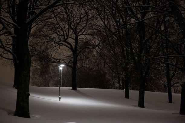 Raaka pahoinpitely tapahtui ulkona lumihangessa. Kuvituskuva.