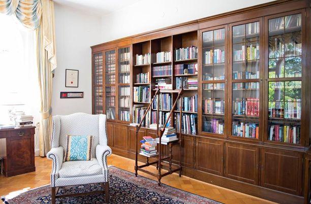 Kirjasto on yksi suurlähettilään suosikkihuoneista.