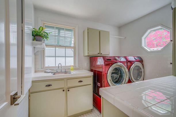 Kodinhoitohuoneessa pyykinpesu on näppärää.