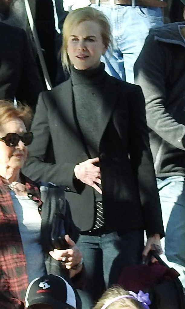 Nicole Kidman silitteli vatsaansa ostoskeskuksen rullaportaissa.