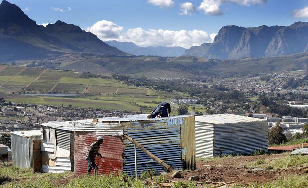 72 prosenttia Etelä-Afrikan maanviljelysalueista on valkoisten omistuksessa.