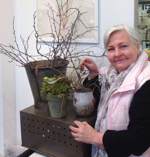Taiteilija Leena Airikkala on jo kerännyt oksia maljakkoon pääsiäistä varten.