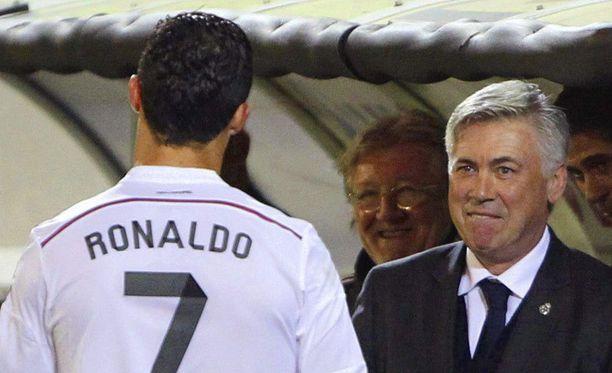Carlo Ancelotti (oik.) oli tyytyväinen Cristiano Ronaldon panokseen lauantaina Eibaria vastaan.