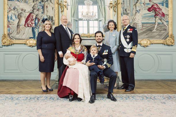 Virallinen potretti prinsessa Sofian ja prinssi Carl Philipin vanhempien kanssa.