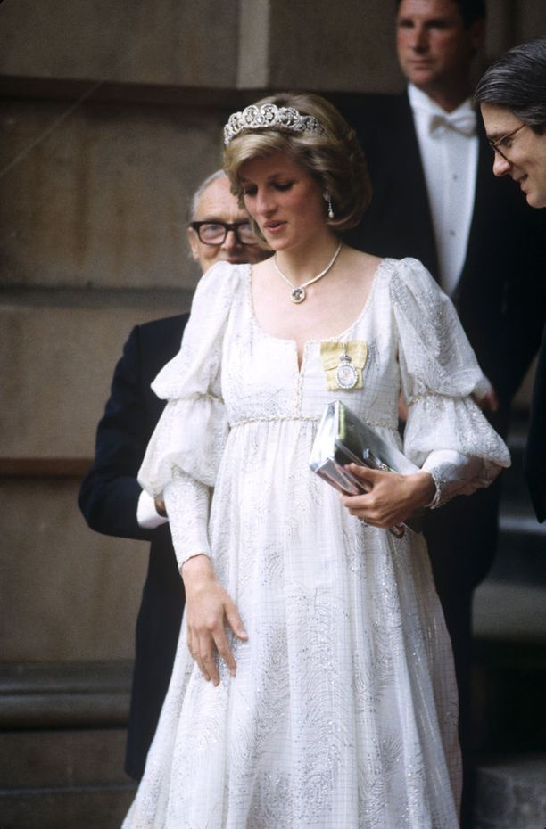 Prinsessa Diana odottaa toista lastaan, prinssi Harrya kesällä 1984.