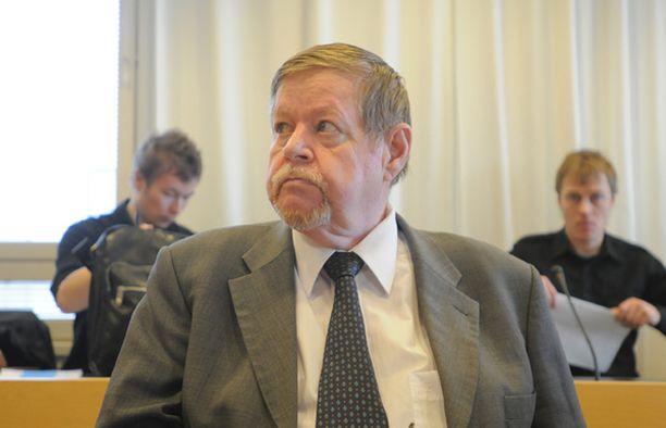 Arto Paasilinna oikeussalissa Espoon käräjäoikeudessa perjantaina.
