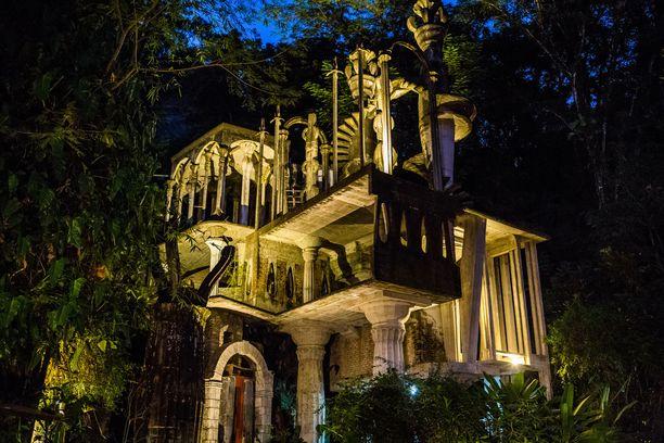 Edward Jamesin sademetsään pystyttämässä veistospuistossa on palatsimaisia rakennelmia.
