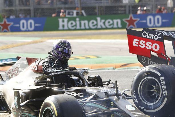 Lewis Hamilton pystyi kipuamaan pois autostaan, vaikka hän oli saanut osuman päähänsä.
