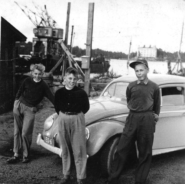 Ilkka, Pekka ja Jaakko poseeraamassa Kuplavolkkarin kanssa.