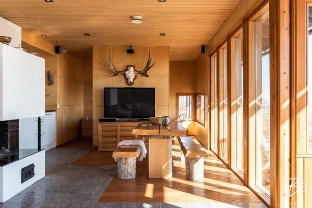 Sisustus on mietittyä. Tämän huoneen erikoisuuksia ovat tunnelmallinen takka ja kauniit puun sävyt.