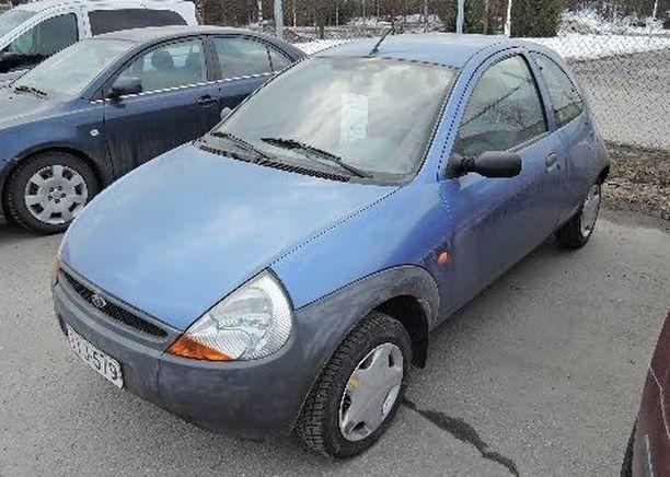Tämä Ford Kan on 1997, mutta vain 96 000 kilometriä ajettuun autoon on tehty viimeksi huolto 92 000 kilometrissä ja auto on myynnissä 1290 eurolla uusiakin Fordeja myyvässä Vauhti-Vaunussa Mikkelissä.