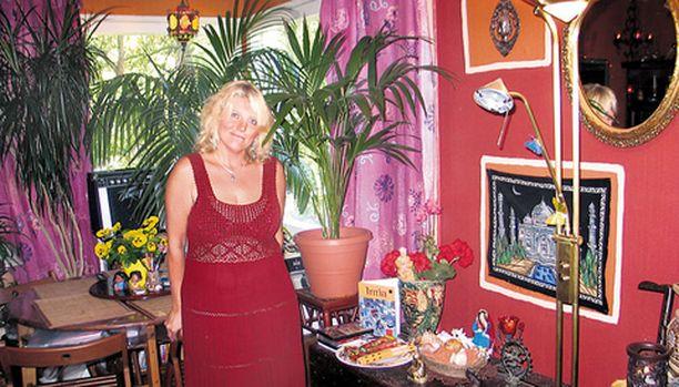 Marianne Saaren lupaava ura laulajana katkesi 1980-luvulla auto-onnettomuuteen. Taskussa oli jo levytyssopimus, ja studiotyö oli aluillaan. Kuntouduttuaan onnettomuudesta Marianne osti unelmiensa talon, vaikka oli kotiäiti ja lähihoitaja-opiskelija.