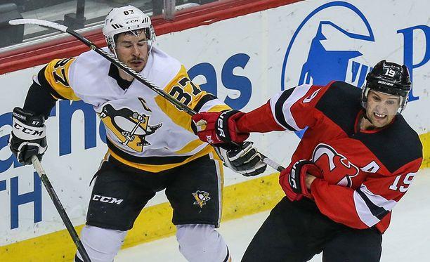 Sidney Crosby (vas.) ja Travis Zajac nahistelivat viime yönä oikein urakalla.