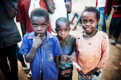 Busian kaupungin kaduilla asuu reilut 600 lasta ilman minkäänlaista suojaa tai turvaa. World Vision -järjestön työntekijät jututtavat lapsia ja yrittävät löytää mahdollisimman monelle asuinpaikan. Kun lapselle löytyy koti, järjestön työntekijät vierailevat lapsen luona arvioimassa tilannetta ja kuulemassa sekä lasta että hänestä huolehtivia aikuisia.