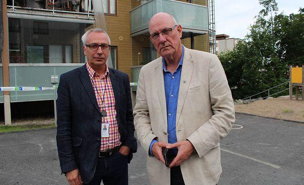 Taloyhtiön hallituksen puheenjohtaja Tony Melville ja isännöitsijän edustaja Pasi Vanhainen kertoivat tapahtumista asukkaille.
