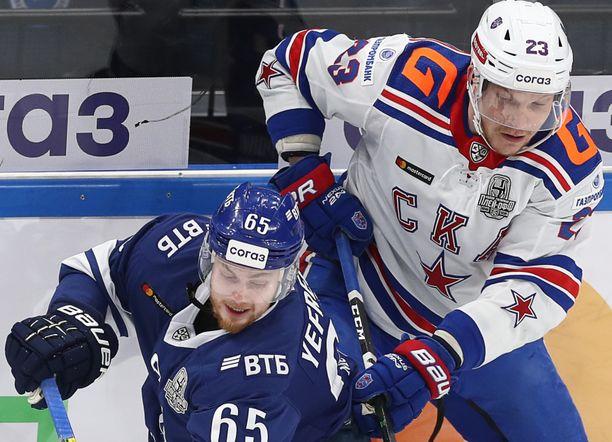 Dynamo Moskovan Vladislav Jefremov ja SKA:n Joonas Kemppainen taistelivat kiekosta Moskovassa.