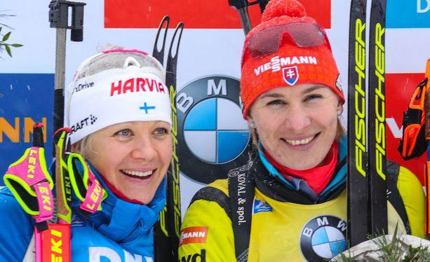 Kaisa Mäkäräinen (vas.) ja Anastasia Kuzmina käyvät kiivasta kamppailua maailmancupin voitosta.