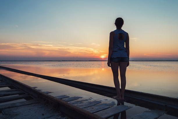 Yksinäisyys tuntuu siltä, että elämä vain valuu ohi koko ajan ja pitäisi tehdä jotain merkityksellistä, mutta yksin se on hankalaa.