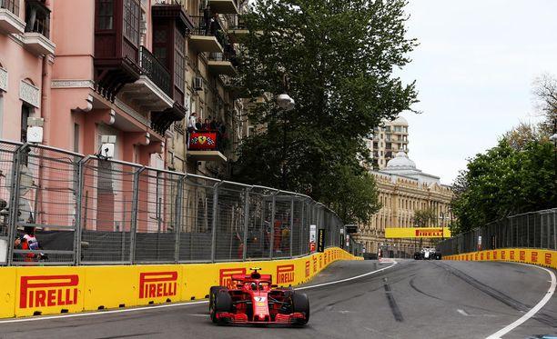 Kimi Räikkösen piti yrittää olla osumatta Bakun radan seiniin.