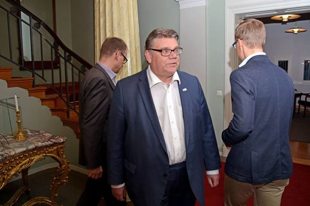 Tulevan hallituksen muodostajat Juha Sipilä (kesk), Timo Soini (ps) ja Alexander Stubb (kok) ovat kehuneet hallitusneuvotteluiden aikana edustavansa yhtä puoluetta ja etenevänsä yhtenäisenä rintamana samaan suuntaan. Viikonloppuna Soini kuitenkin marssi Smolnassa hieman eri askelmerkeillä kuin muut puheenjohtajat.