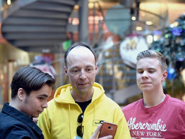 Perusuomalaisten puheenjohtaja Jussi Halla-aho teki keväällä vaalityötä muun muassa kauppakeskus Sellossa Espoossa.