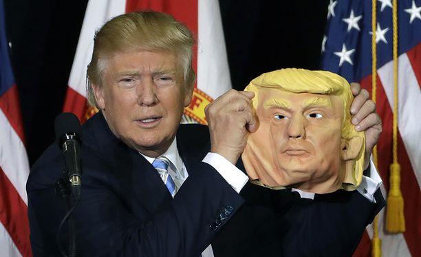 Trump sai maanantaina kannattajaltaan naamarin Floridan kampanjatilaisuudessa. -Katsokaa miten hienot hiukset, kuittasi Trump.