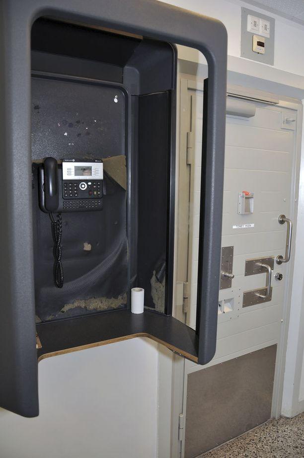 Vangit voivat soittaa osastonsa käytäväpuhelimella etukäteen ilmoittamiinsa numeroihin. Puheluhinnat sekä yksityisyyden puuttuminen herättävät kuitenkin purnausta.