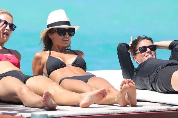 Tässä tyylissä ei voi erehtyä. Nicole Richie paistatteli päivää mustissa lappubikineissä, suurissa aurinkolaseissa ja klassisessa hatussa.