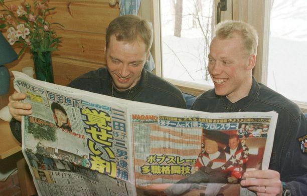 Mika Myllylä (vas.) ja Jari Isometsä tutkivat sääennustetta japanilaislehdestä.