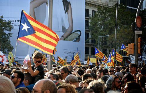 Isänsä olkapäiltä mielenosoitusta seuranneelle pojalle tuli jano Barcelonan lämpimässä lauantai-illassa.