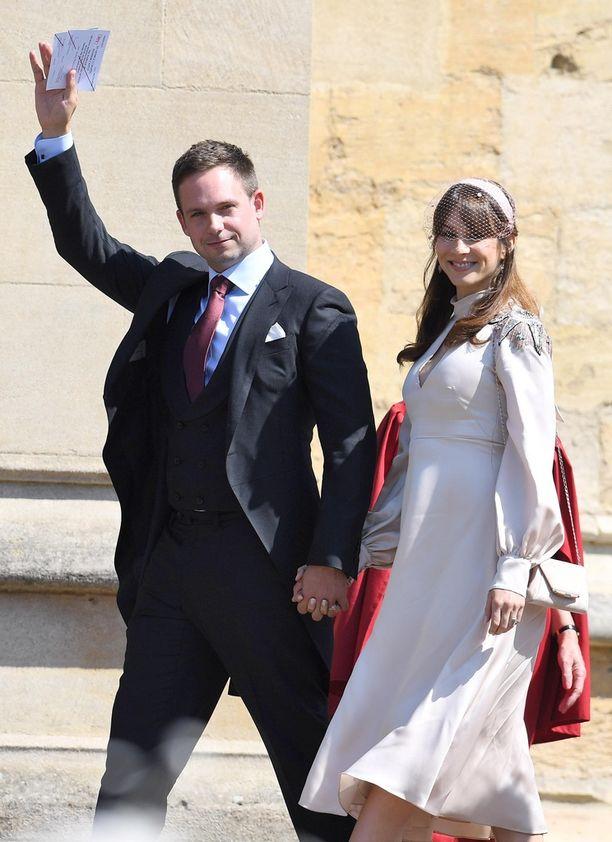 Tuntematon nainen kritisoi Suits-tähti Patrick J. Adamsia ja hänen vaimoaan lihavuudesta lentokentällä.