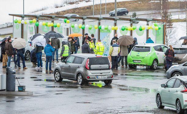 Ensimmäinen Helsingin ja Oslon välisen reitin 350 kW:n suurteholatausasemista avattiin viime viikolla Oslon lähellä.