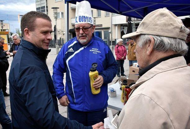 Sisäministeri Petteri Orpo kävi tervehtimässä kokoomuslaisten telttakojulla makkaroita jakaneita puolueaktiiveja, mutta jätti itse ilmaispötkylän väliin.