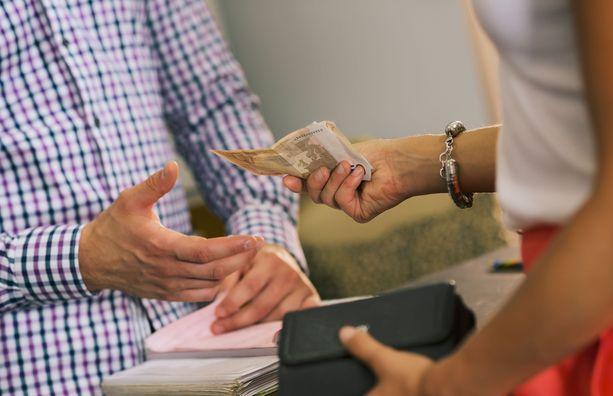 Naisten ja miesten palkoissa on eroa rahoitusalalla, tasa-arvoraportti kertoo.