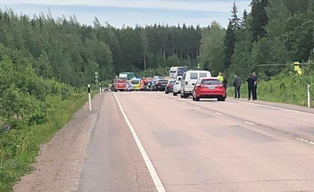 Henkilöautot törmäsivät toisiinsa torstaina noin kello 16.50.