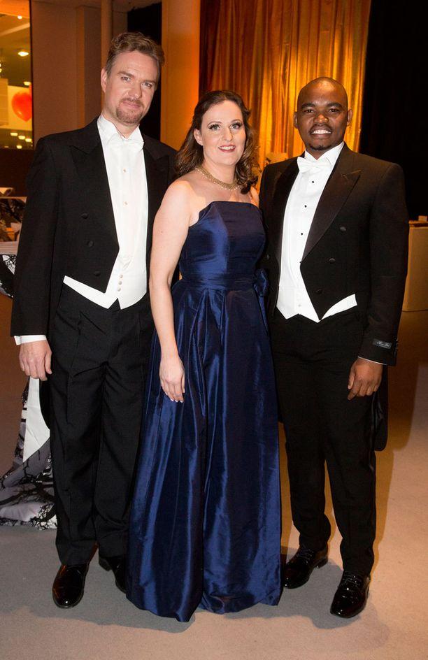 Vuoden 2016 Strauss-konserttien artisteihin kuuluivat baritoni Markus Nieminen, sopraano Hedvig Paulig ja eteläafrikkalainen tenori Thobela Ntshanyana. -Olen kiertänyt ympäri Eurooppaa esiintymässä Sibeliuksen juhlavuoden merkeissä, Paulig kertoi.